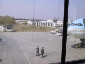 대한항공 비행기를 감시하는 중국 공안직원