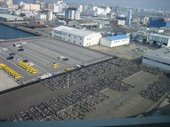 항구를 끼고 발달한  제조공장