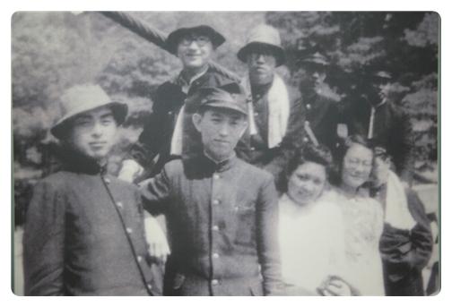 일본 도지사대 재학시절의 윤동주, 앞줄 가운데