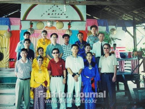 바탐섬에서 인도네시아 민속공연팀과 함께